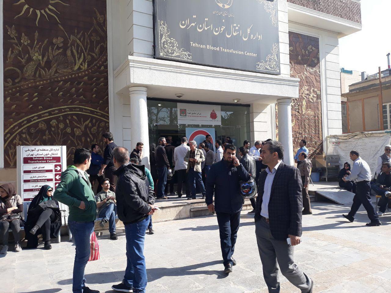 تجمع مردم برای اهدای خون به زلزله زدگان