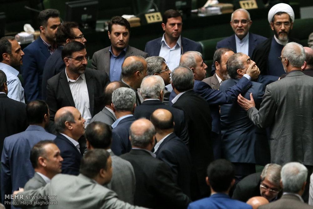 تنش و درگیری در جلسه علنی مجلس به خاطر تغییر جمله امام(ره)