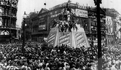 شادی مردم لندن پس از پیروزی در جنگ جهانی دوم