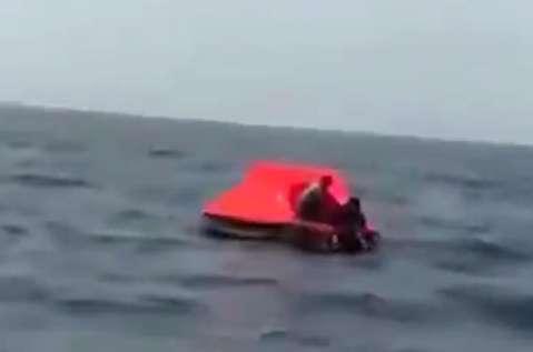 لحظه نجات ملوانان لنج غرق شده گناوهای