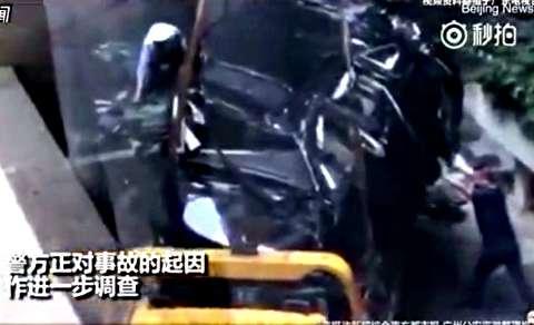 سقوط یک دستگاه اتومبیل از ارتفاع 9 متری