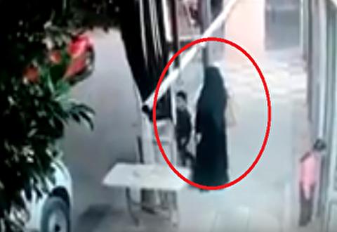 هجوم خودرو به سمت مادر و دو فرزندش