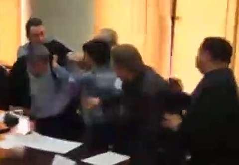 مشتزنی دو عضو شورای شهر در جلسه علنی