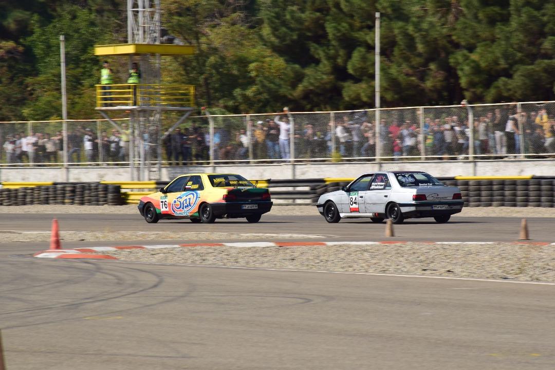 دسته گل گزارشگر زنده در مسابقه اتومبیلرانی/تاثیر میکروفون بر قضاوت داوران