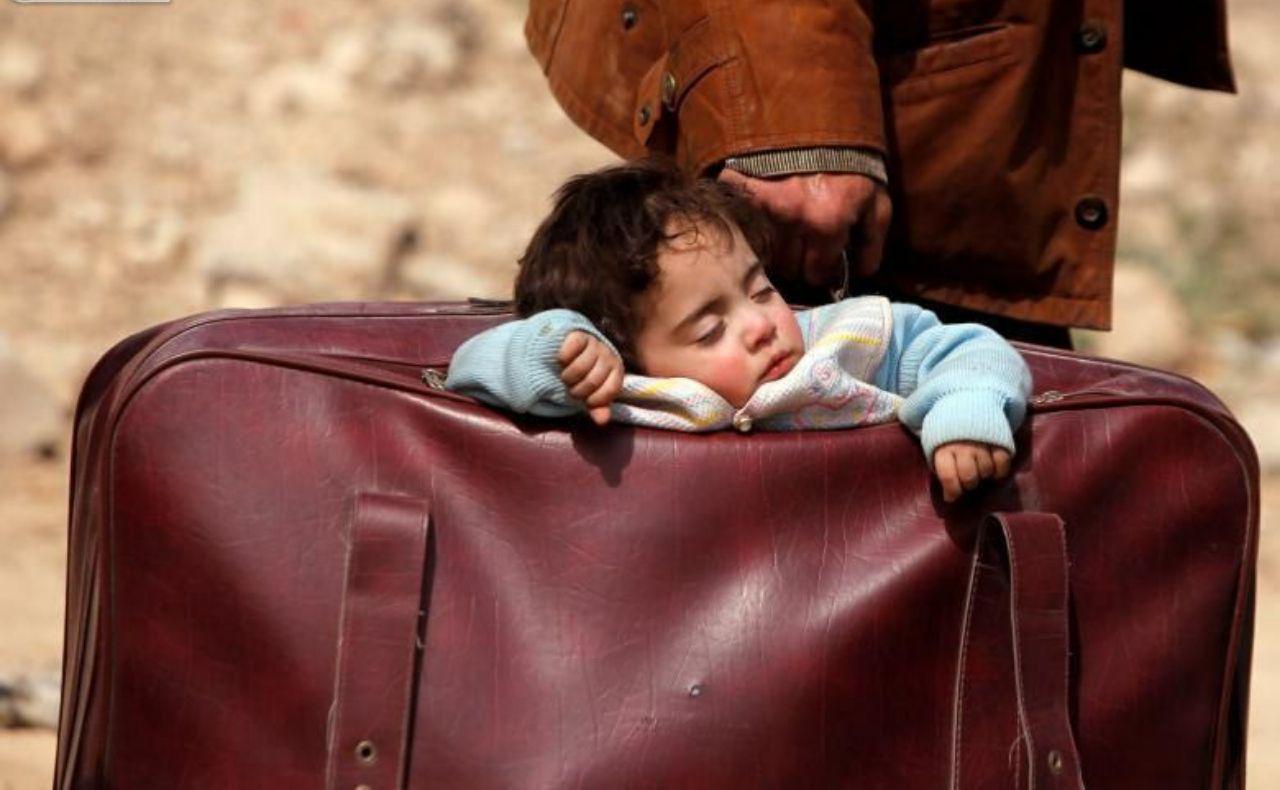 خواب کودک آواره سوری در چمدان!