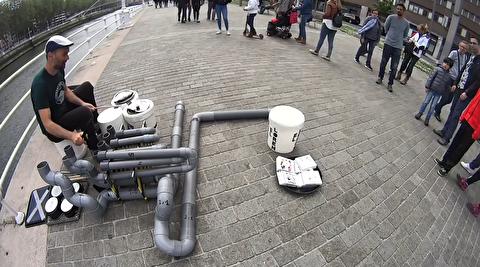 درام نوازی خیابانی با لوله پلیکا و سطل