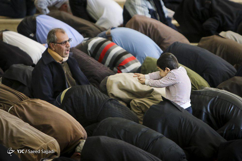 بازیگوشی یک کودک در نماز جمعه