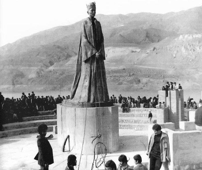 مجسمه فرح پهلوی