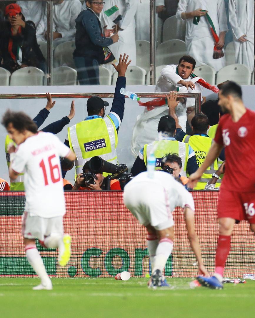 عکسها و گزارش اختصاصی تابناک ازحملهعربها با دمپایی، بطری و تسبیح به تیم هایامارات و قطر بعدازباخت دردناک چهارگله/ خشم شیوخ عربستان و امارات ازشکست در هردوبازی سیاسی / محرومیت سنگین AFC درانتظار میزبان جامملتها
