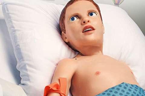 روبات پزشکی شبیه انسان که خونریزی میکند و حرف میزند