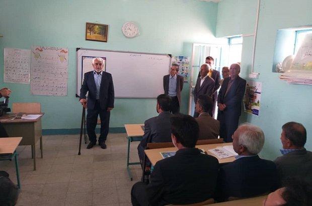 معلمی بعد از ۴۳ سال به جمع دانشآموزان خود رفت