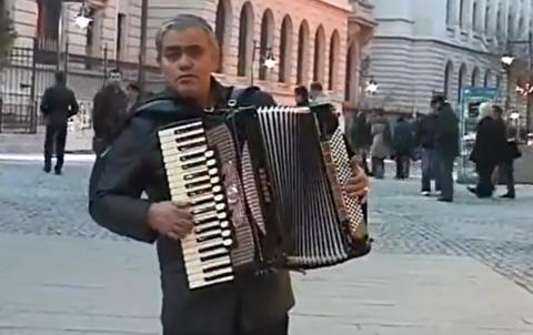 آکوردئون نوازی در خیابانهای پاریس