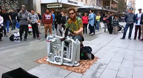 اجرای موسیقی ترنس خیابانی با لوله پلیکا