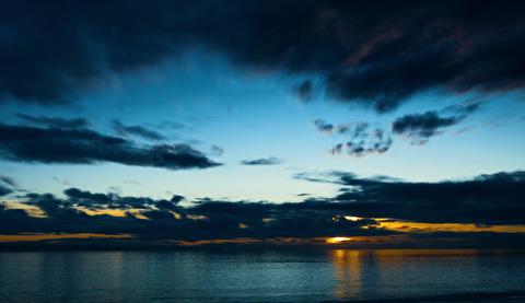 آسمان کنار دریا در قاب 4K