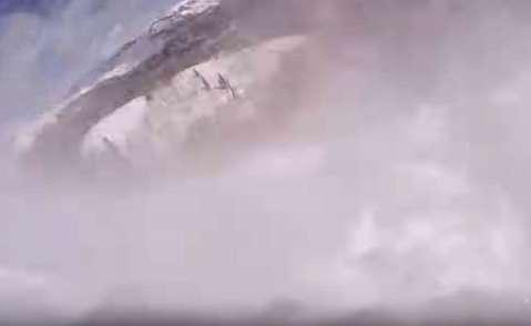 لحظه دفنشدن یک اسکیباز زیر بهمن