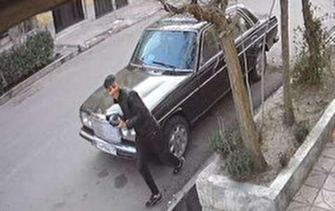 لحظه سرقت آینه بغل بنز توسط سارق خندان