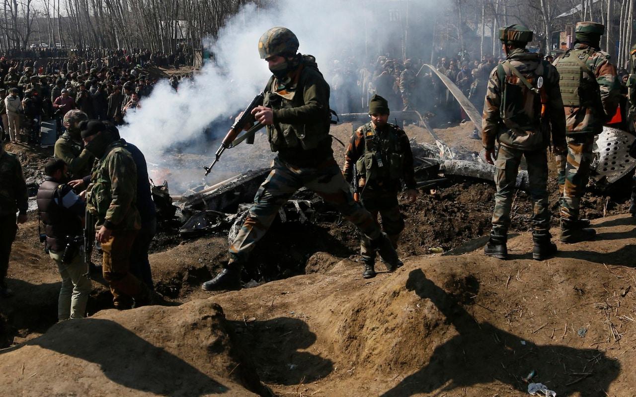 آرایش جنگ میان هند و پاکستان/ ساقط شدن دو جنگنده هندی و آغاز حملات توپخانه ای