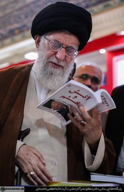 رهبر انقلاب در حال تورق کتاب آتش و خشم