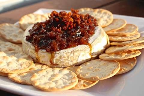 طرز تهیه پنیر بری پخته شده با پیاز سرخ کرده