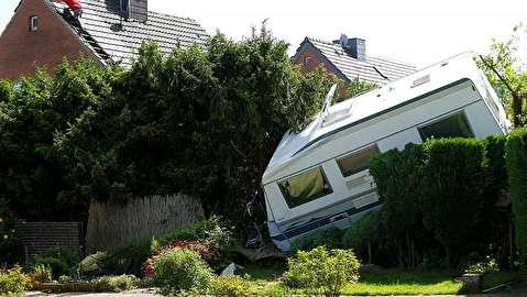 گردباد بیسابقه در آلمان خودروها را به هوا برد!