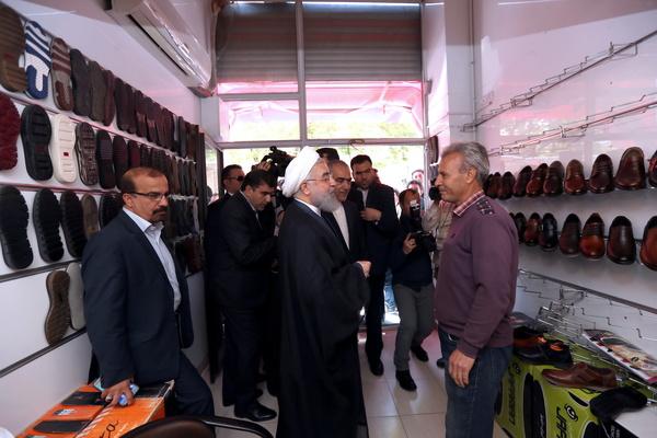 بازدید سرزده روحانی از بازار کفش تبریز