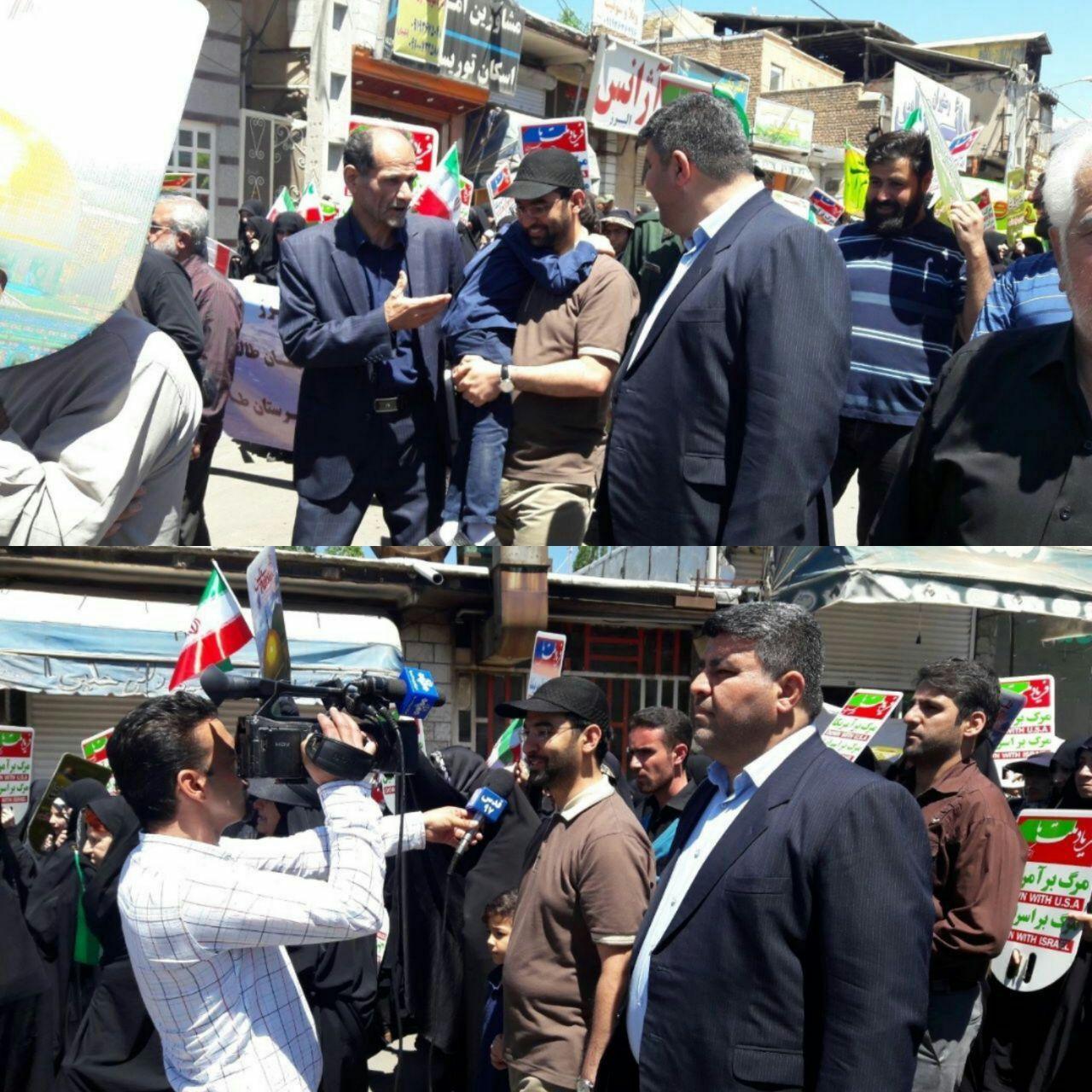 وزیر ارتباطات با تی شرت و کلاه در راهپیمایی