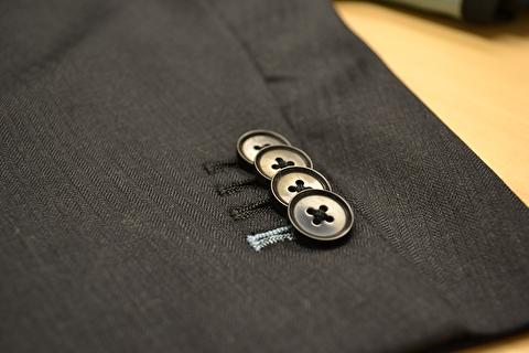 دکمه های آستین کت مردانه چه کارکردی دارد؟
