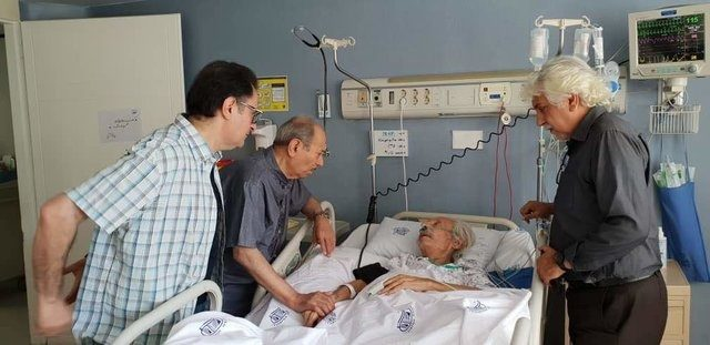 علی نصیریان بر بالین جمشید مشایخی در بیمارستان