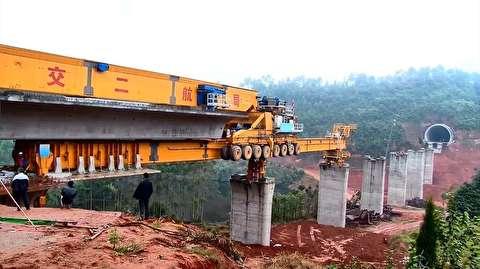 این ماشین 500 تنی پلهای چین را میسازد