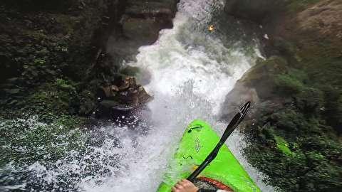 سقوط از آبشار 18 متری با قایق کایاک!