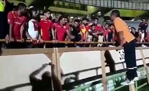 سقوط لیدر تیم فولاد از سکوی ورزشگاه آزادی