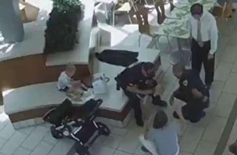 لحظه نجات کودک 2 ساله توسط پلیس از مرگ