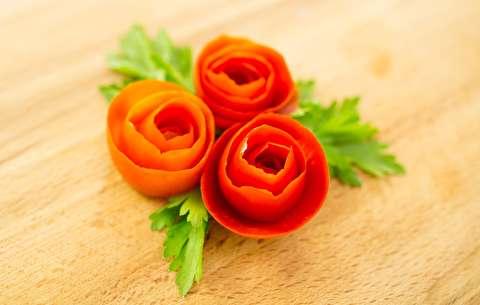 روش تبدیل گوجه فرنگی به شکل گل رز