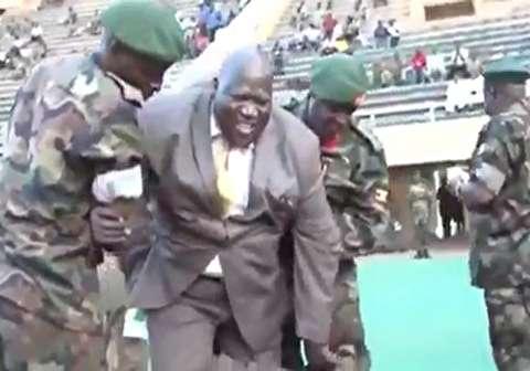گاف وزیر ورزش اوگاندا در استادیوم فوتبال