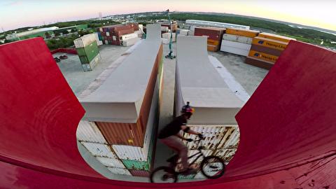 پرش با دوچرخه روی سکوی مرتفع