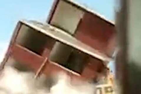 فروریختن ساختمان بر روی بیل مکانیکی