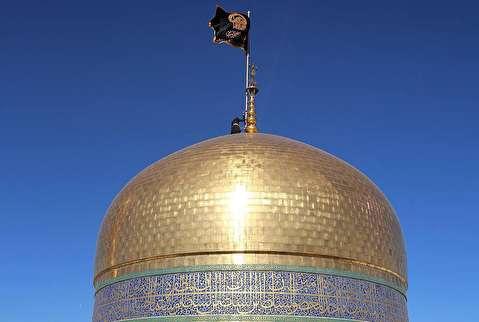 لحظه تعویض پرچم گنبد حرم امام رضا