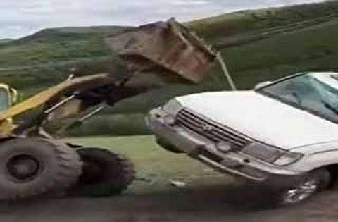 امدادرسانی عجیب به خودروی واژگون شده