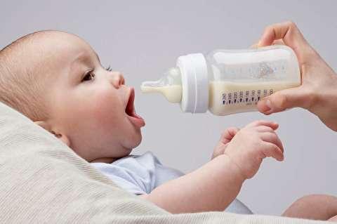 چگونه با شیشه به نوزاد شیر دهیم؟