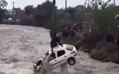 لحظه بیرون کشیدن خودروها از سیل در شمال کشور