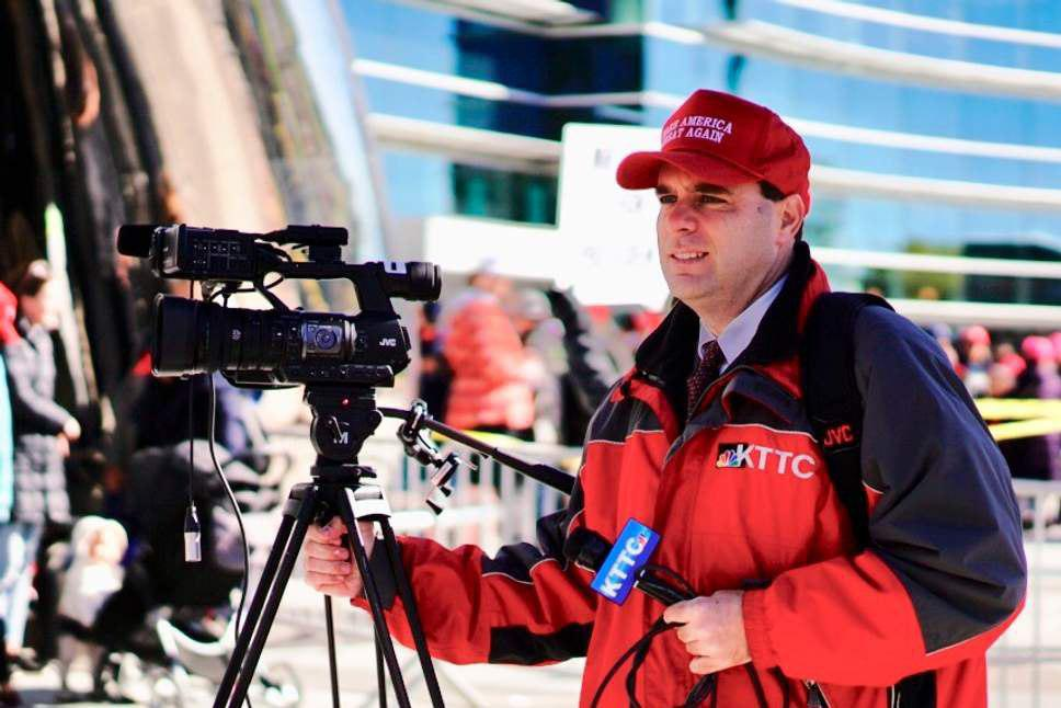 جنجال کلاه ورزشی ترامپ و اخراج یک خبرنگار