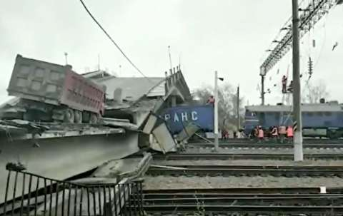 شکستن پل هنگام عبور قطار در سیبری