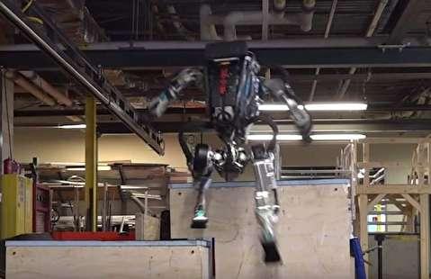 روباتی که در سطح یک پارکورکار زیگزاکی میپرد!