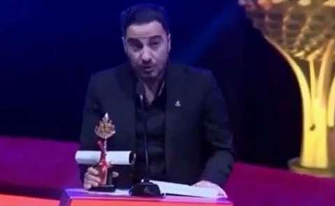 کُردی صحبت کردن نوید محمدزاده هنگام دریافت جایزه