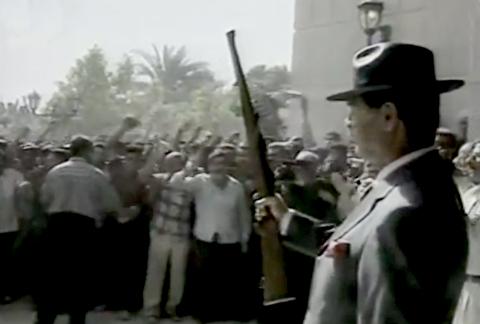 شلیک مشهور صدام حسین با تفنگ