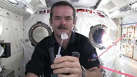 چگونه فضانوردان دستهایشان را در فضا میشویند؟