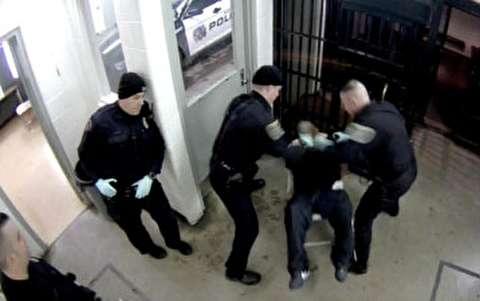 خشونت پلیس آمریکا زیر دوربین بازداشتگاه