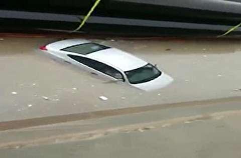 غرق شدن خودروها پس از بارش شدید باران در ریاض