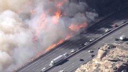 رسیدن شعلههای آتش سوزی کالیفرنیا به بزرگراه