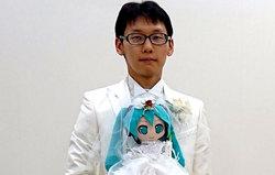 ازدواج عجیب مرد ژاپنی با عروسک آوازخوان!